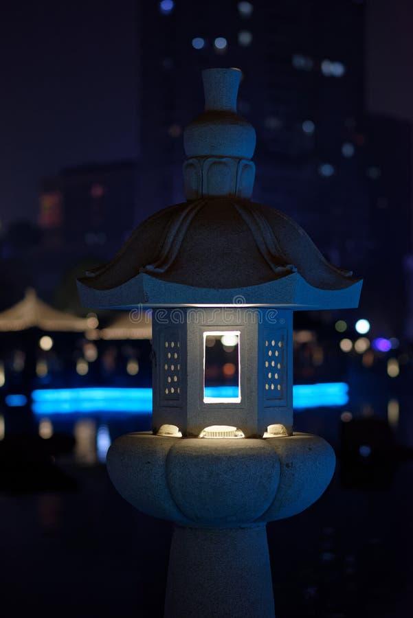 Dudniąca klasyczna lampa kamienna cyzelowanie pawilonu parka noc zdjęcie royalty free