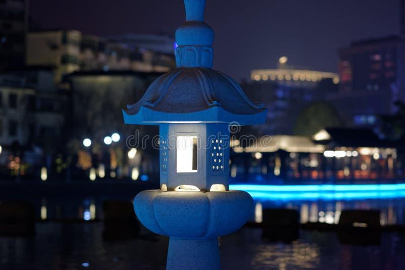 Dudniąca klasyczna lampa kamienna cyzelowanie pawilonu parka noc obrazy royalty free