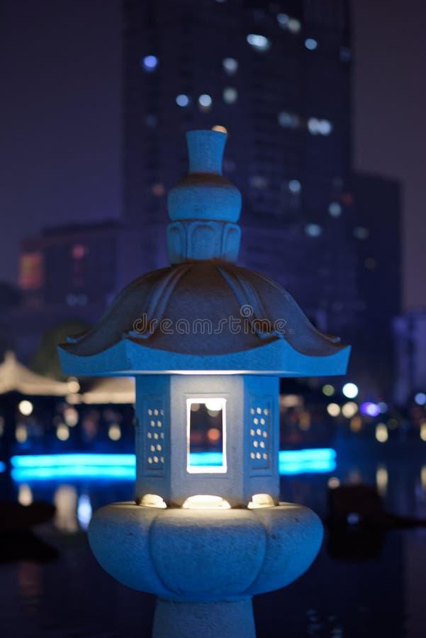 Dudniąca klasyczna lampa kamienna cyzelowanie pawilonu parka noc obraz stock