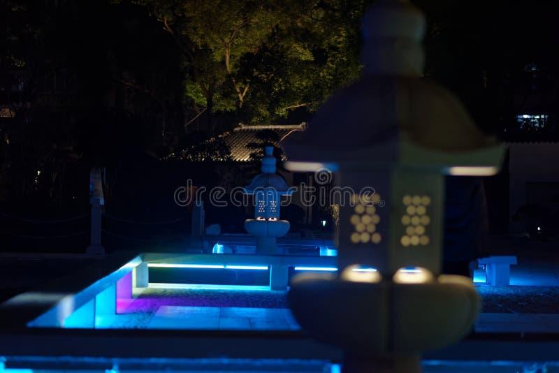 Dudniąca klasyczna lampa kamienna cyzelowanie pawilonu parka noc zdjęcia stock