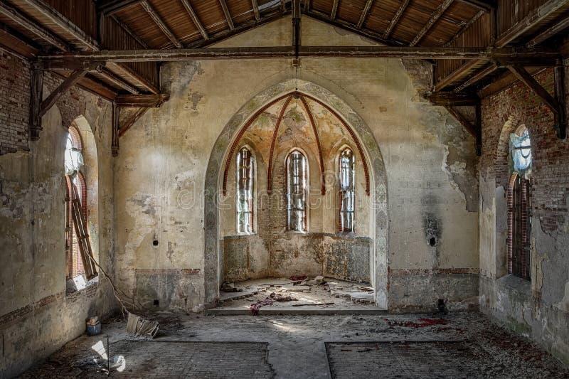 Dudniący wnętrze stary kościół chrześcijański zdjęcia stock