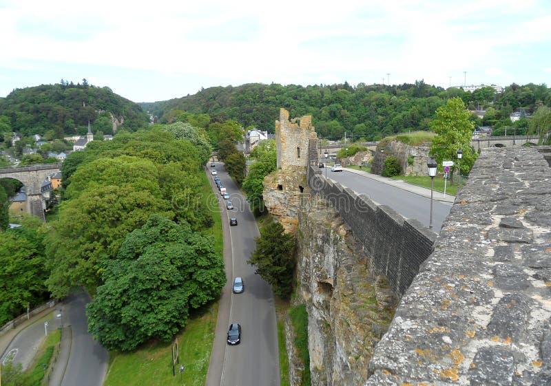 Dudniący zębu ` ruiny widok od Bock kazamat, Górny miasteczko Luksemburg miasto obrazy stock