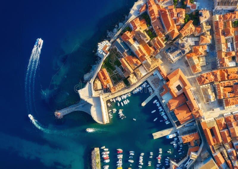 Dudrovnik, Kroatië Luchtmening over de oude stad Vakantie en avontuur Stad en overzees Hoogste mening van hommel bij op het oude  royalty-vrije stock foto's