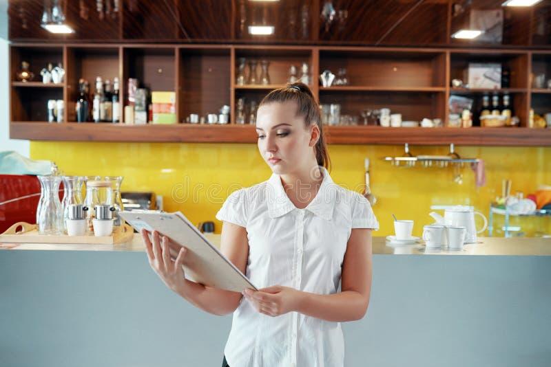 Dueño de cafetería moderno con el tablero fotografía de archivo