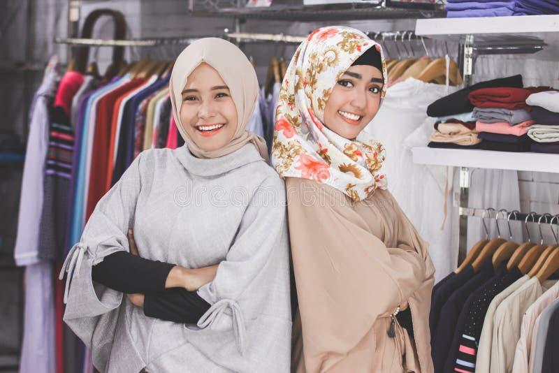 Dueño de tienda de sexo femenino asiático de la moda del boutique dos fotografía de archivo libre de regalías