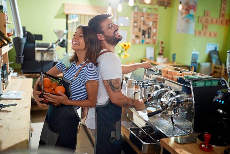 Dueño del barista de los pares que trabaja en la cafetería imagenes de archivo