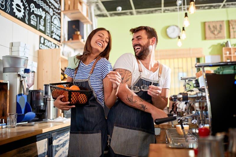Dueño del barista del hombre y de la mujer que trabaja en la cafetería imagen de archivo libre de regalías