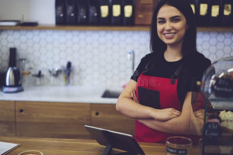 Dueño femenino atractivo del barista de la empresaria del caffe de la barra imágenes de archivo libres de regalías