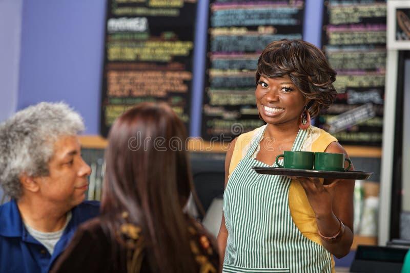 Dueño femenino del café de Cheeful imagenes de archivo