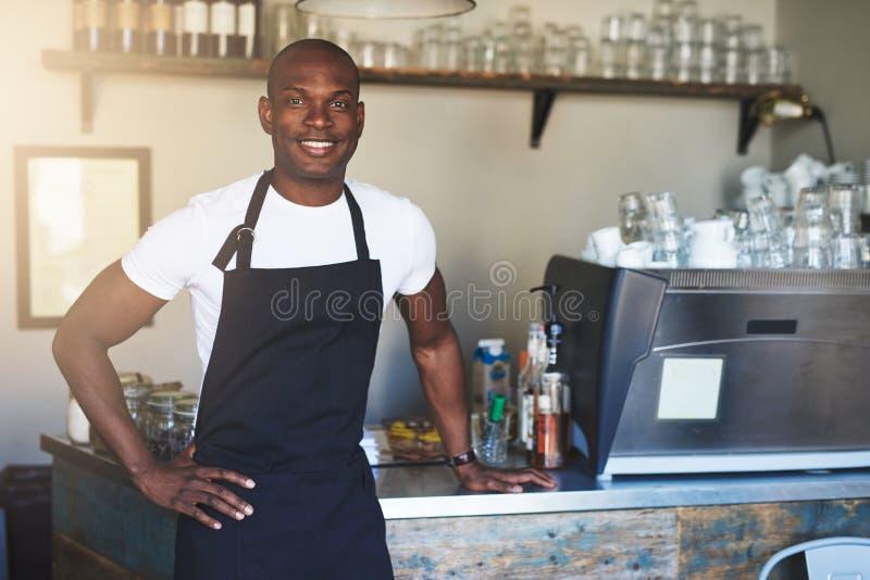 Dueño masculino confiado del café en el contador imagen de archivo libre de regalías