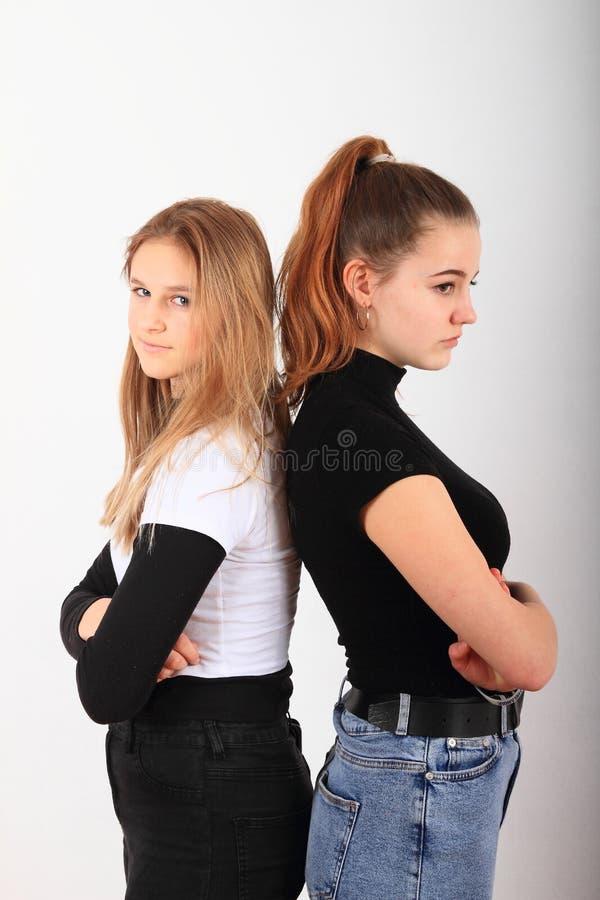 Due adolescenti arrabbiate fotografia stock