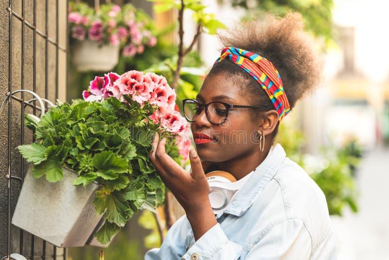 Due adolescenti che odorano i fiori fotografia stock libera da diritti