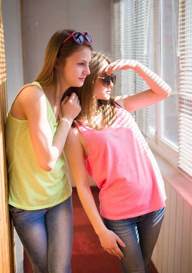 Due adolescenti graziosi divertendosi nel sunroom immagine stock libera da diritti