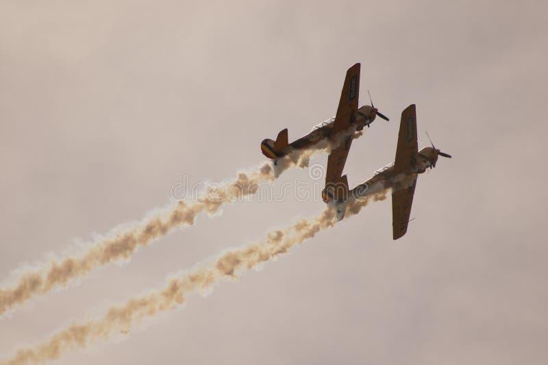 Due aerei acrobatici Yak-52 che salgono fotografia stock