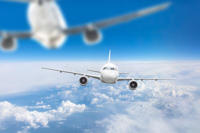 Due aerei nel cielo su un approccio pericoloso, distanza è vicini, diffusione fotografia stock libera da diritti