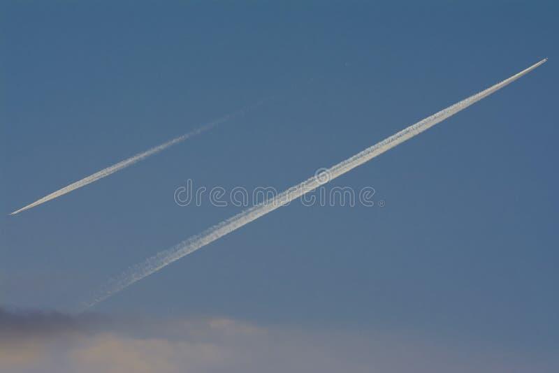 Due aerei sul cielo fotografia stock libera da diritti