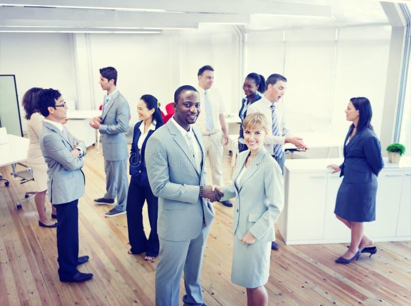Due affare Person Handshaking nell'ufficio fotografie stock