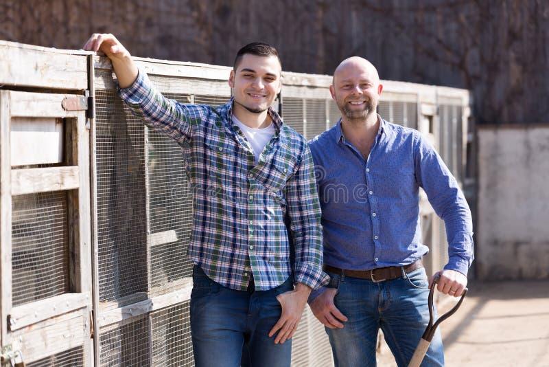 Due agricoltori maschii al cortile fotografie stock