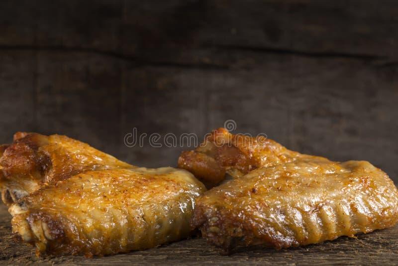 Due ali di pollo fritto fotografie stock