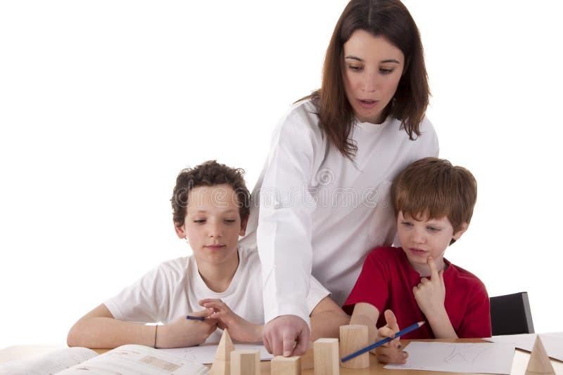 Due allievi con l'insegnante immagine stock