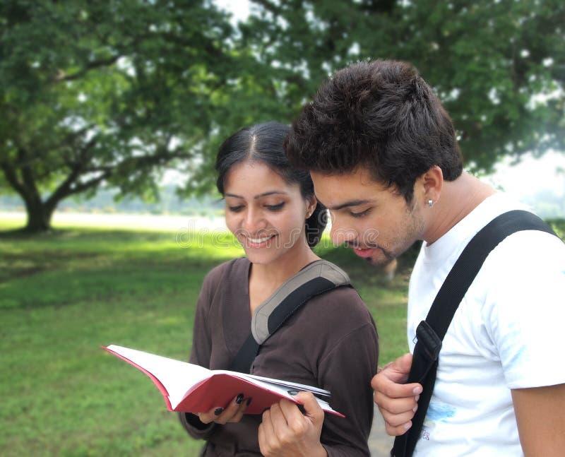 Due allievi indiani fuori della città universitaria. immagine stock libera da diritti