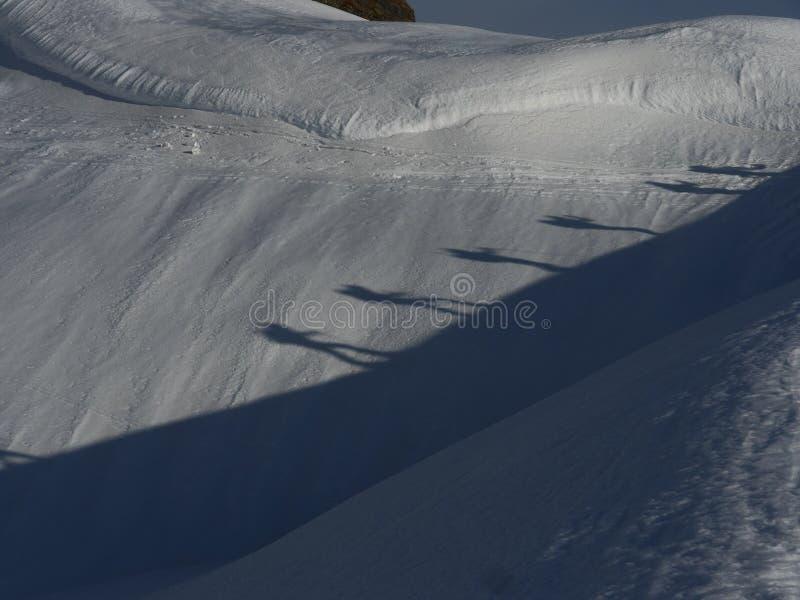 Due alpinisti che camminano sulla neve fotografie stock