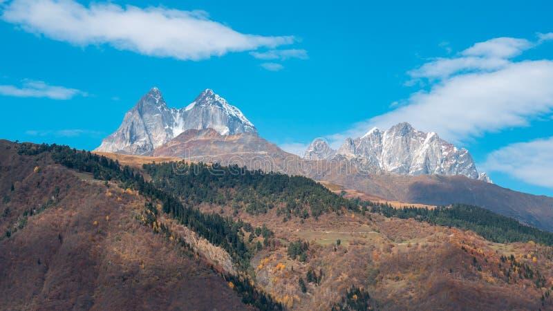 Due alte sommità rocciose della montagna di Ushba nella regione di Svaneti di Georgia immagine stock libera da diritti