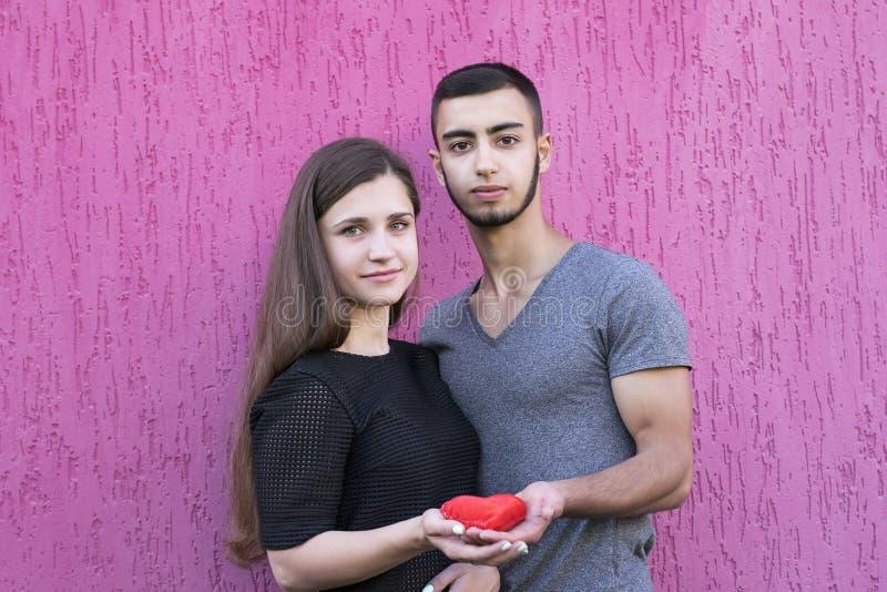Due amanti che tengono cuore rosso immagini stock libere da diritti