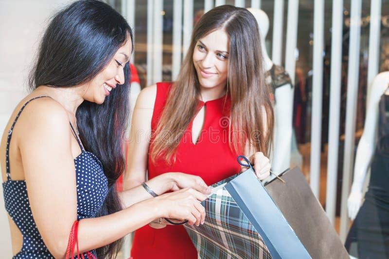 Due amiche di modo che comperano al centro commerciale fotografie stock