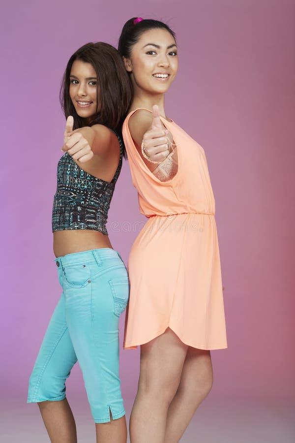 Due amici adolescenti in studio immagini stock