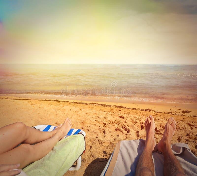 Due amici alla spiaggia fotografie stock