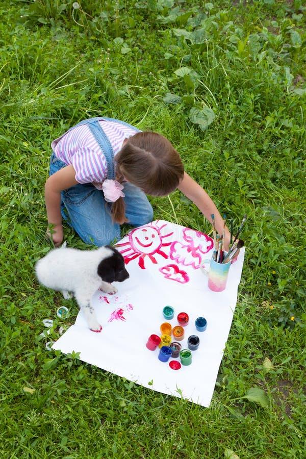 Due amici bambina e cucciolo immagini stock libere da diritti