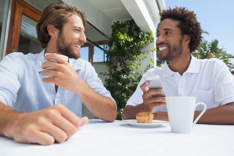 Due amici che godono insieme del caffè fotografia stock