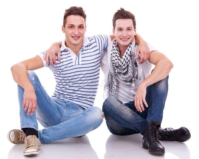 Due amici che sorridono alla macchina fotografica fotografia stock