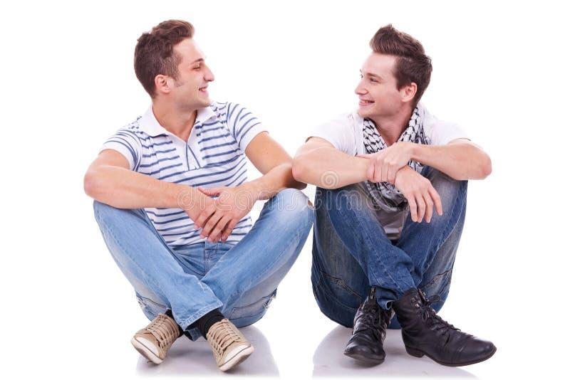 Due amici che sorridono l'un l'altro fotografia stock libera da diritti