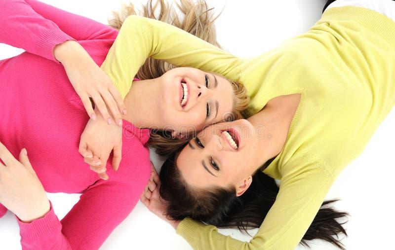 Due amici di ragazza graziosi che hanno divertimento e risata immagini stock