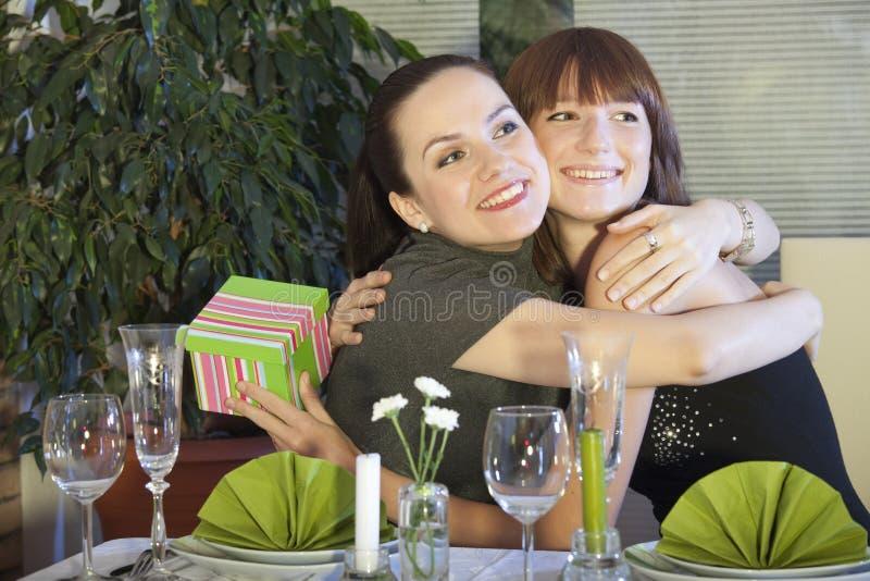 Due amici felici in ristorante immagini stock libere da diritti