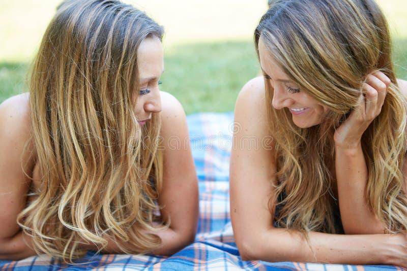 Download Due amici femminili immagine stock. Immagine di caucasico - 56883399