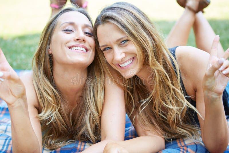 Download Due amici femminili immagine stock. Immagine di ragazza - 56884635