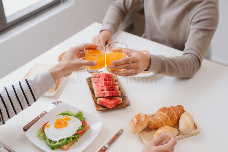 Due amici maschii che mangiano prima colazione a casa nella mattina immagini stock