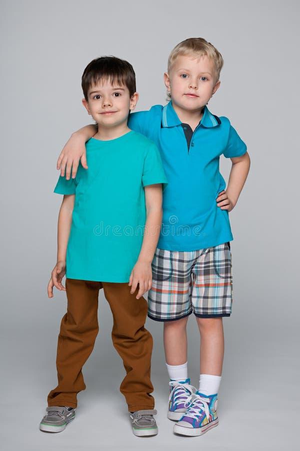 Due amici sorridenti di modo piccoli fotografie stock