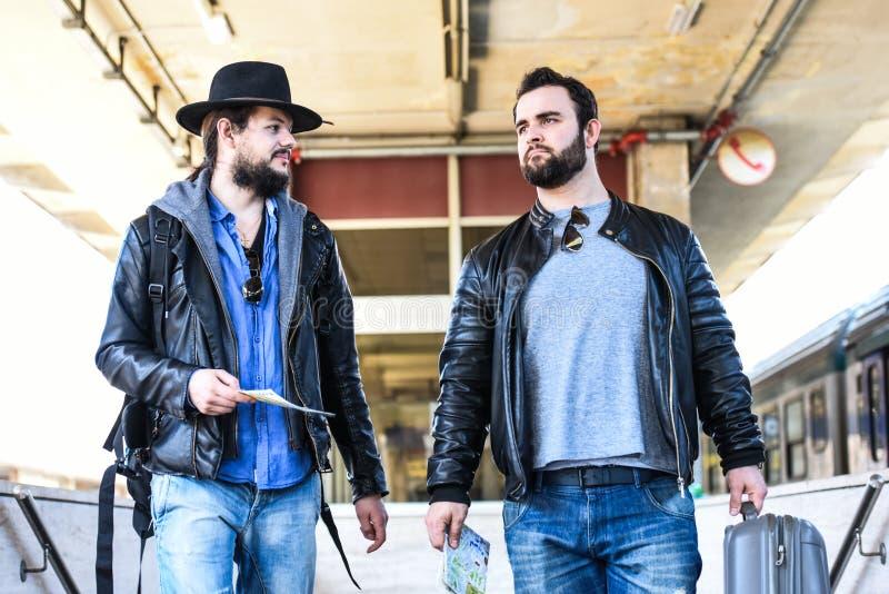 Due amici stanno aspettando il treno che passa il tunnel immagini stock libere da diritti