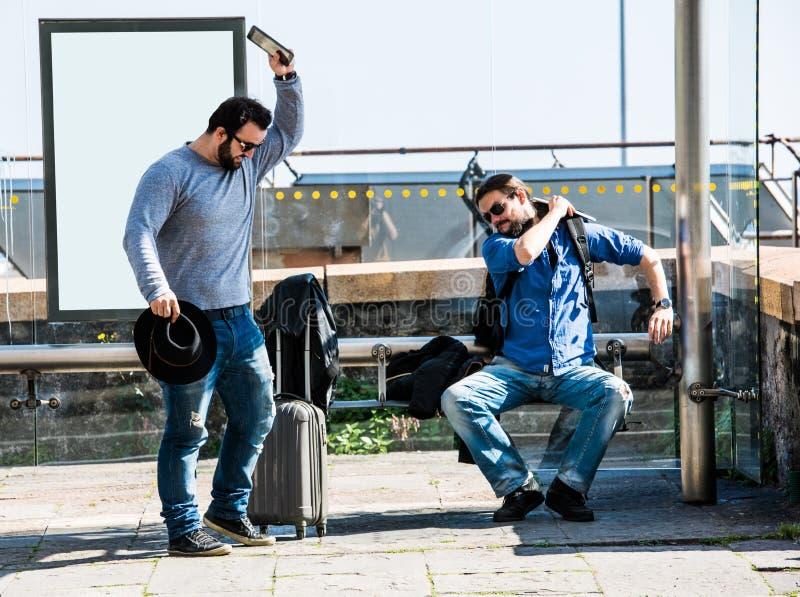 Due amici stanno infuriando a causa del ritardo del bus immagine stock libera da diritti