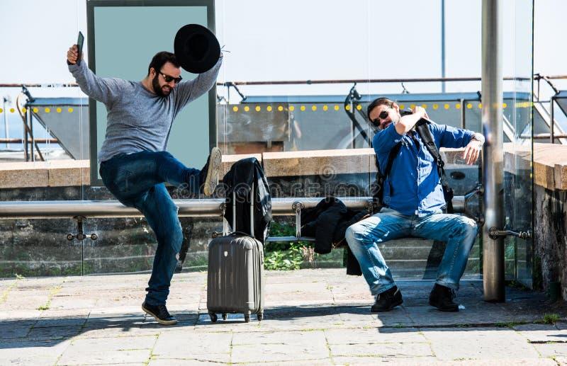 Due amici stanno infuriando a causa del ritardo del bus fotografie stock libere da diritti