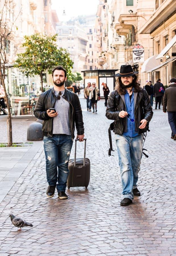 Due amici, turisti stanno cercando il loro hotel sullo smartphone, immagine stock libera da diritti