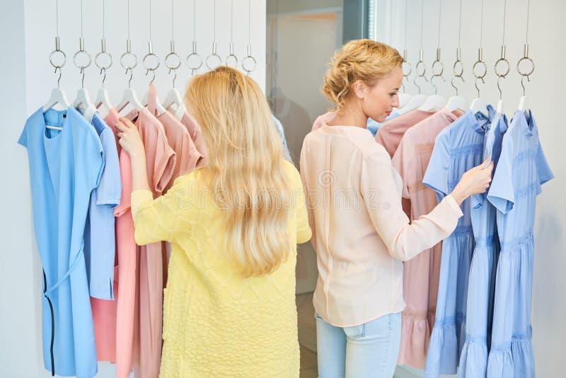 Due amici in un negozio di vestiti fotografia stock
