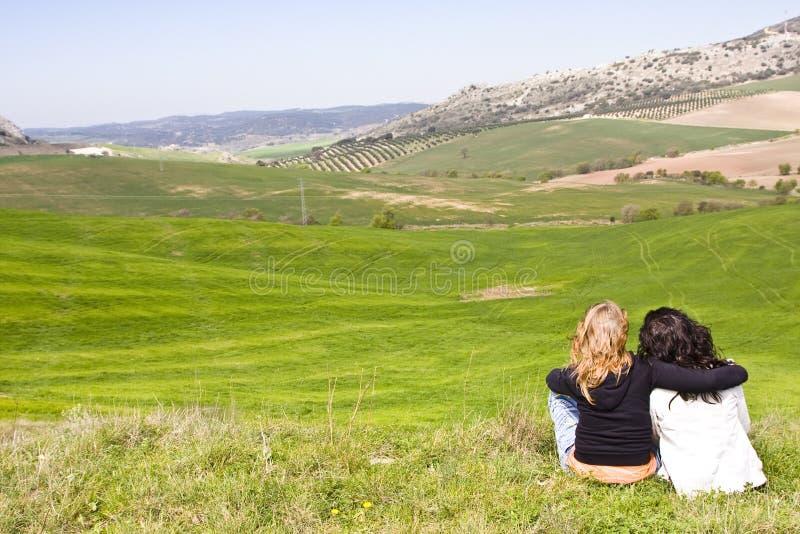 Due amici in un prato fotografia stock libera da diritti