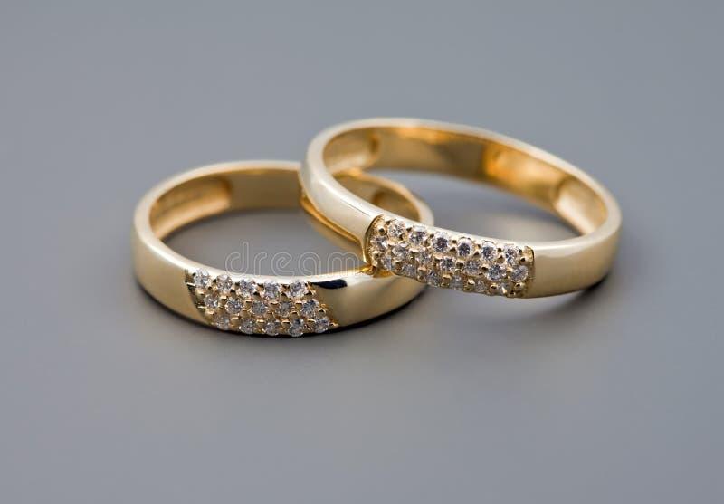 Due anelli di cerimonia nuziale immagini stock
