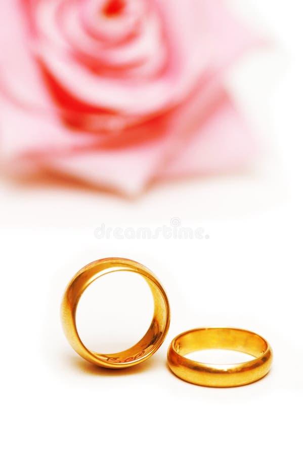 Due anelli di cerimonia nuziale dorata ed a immagine stock libera da diritti