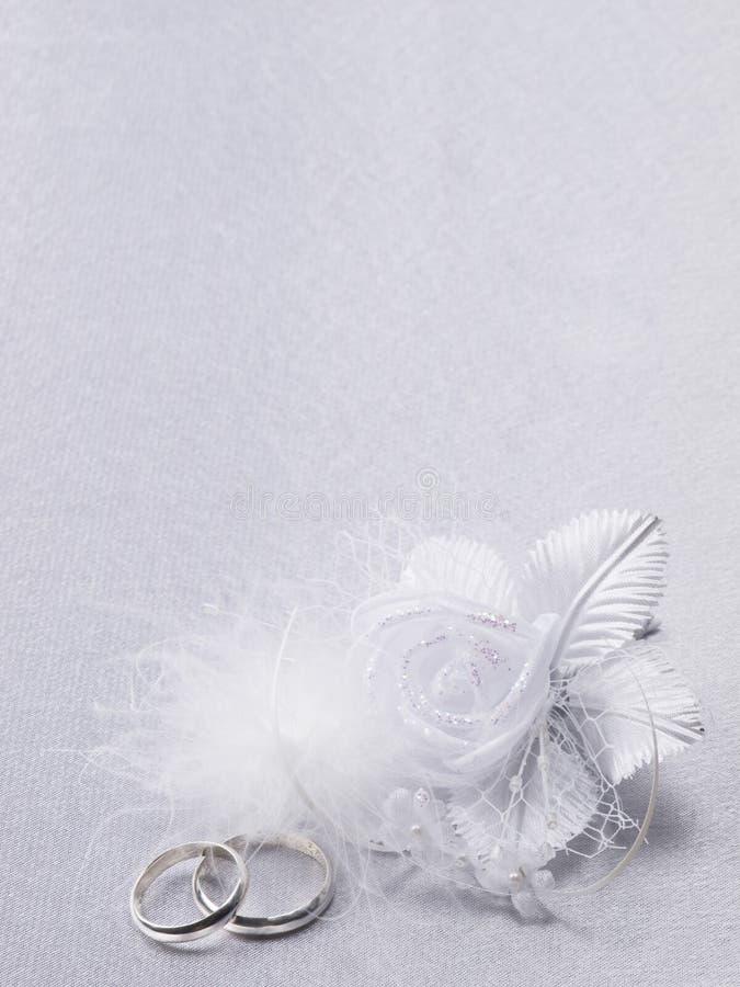 Due anelli di cerimonie nuziali e decorazione floreale fotografia stock